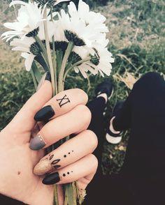 tatouage doigt fleurs