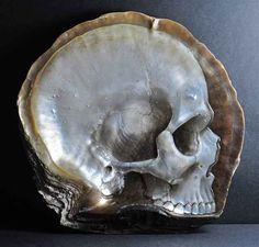 Cráneos esculpidos en concha nácar.