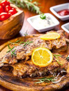 Lamb cutlets with lemon and rosemary - Le Costolette di agnello al limone e rosmarino: succulenta carne grigliata e aromatizzata facile e veloce da preparare. Cimentatevi in questa preparazione! #costolettediagnello