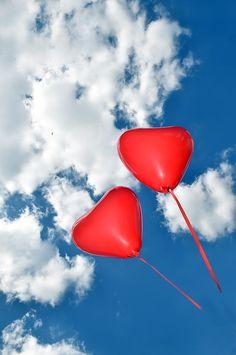 """Dank der Fotografin Brigitte Sommer (www.journalistin.info) habe ich jetzt das Foto, das den Umschlag meines Romans """"Liebe und die sich daraus ergebenden Konsequenzen"""" zieren wird. Ich habe die Luftballons bei dem Shooting halten dürfen..."""
