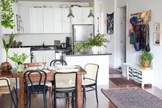 A look inside art curator Gisela Gueiros' Brooklyn apartment, filled with plants, paintings and gorgeous Brazilian touches. Apartment Goals, Basement Apartment, Studio Apartment, Old Apartments, Brooklyn Apartment, Interior Decorating, Interior Design, Decoration, House Colors