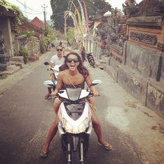 Kelia Moniz para o blog da Roxy. Dando uma voltinha na Indonésia.