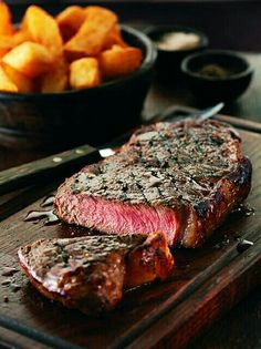 Steak is one of the most common foods in Western food. The method of cooking steak is based on frying and grilling. Nowadays, steak has… I Love Food, Good Food, Yummy Food, Crazy Food, Healthy Food, Picanha Grill, Steak Recipes, Cooking Recipes, Sirloin Steaks