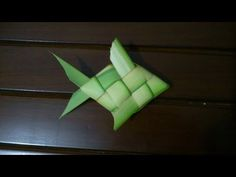 How to Make Small Basket with Palm Tree Leaves Rustic Crafts, Handmade Crafts, Diy And Crafts, Flax Weaving, Basket Weaving, Origami Leaves, Coconut Leaves, Quilled Roses, Leaf Crafts