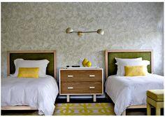 Quer seja em mobiliário, aplicado nas paredes ou em têxteis, o verde é uma cor que tanto serve para uma decoração jovem e moderna, como para ajudar a criar um ambiente mais clássico ou masculino. Felizmente, é um tom que combina bem com praticamente todas as cores do arco-íris… Com branco