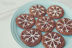 Ginger Crinkle Snowflake Christmas Cookies - these soft, chewy cookies are perfect to give as gifts, enjoy as a family with a steaming cup of hot cocoa or leave out for Santa on Christmas Eve! Snowflake Christmas Cookies, Christmas Desserts, Christmas Treats, Christmas Baking, Christmas Eve, Autumn Desserts, Christmas Gingerbread, Gingerbread Cookies, Candy Recipes