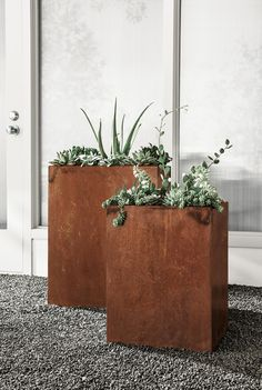 Give your plants a unique home with modern planters made from COR-TEN steel. Often used for bridges or outdoor sculptures, this weathering steel forms a stable, rust-like patina when exposed to the elements. Corten, Contemporary Planters, Outdoor Space Design, Modern Planters Outdoor, Modern Outdoor Furniture, Backyard Landscaping Designs, Metal Planters, Corten Steel, Garden Design