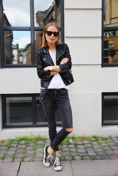 jeans rasgado + tee + tênis + jaqueta de couro rocker e casual === TEE + LEATHER JACKET + ALL STAR