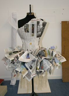 Newspaper Dress, map pages, text pages on dress form. Recycled Costumes, Recycled Dress, Recycled Clothing, Costume Carnaval, Costume Halloween, Paper Fashion, Origami Fashion, Paper Clothes, Paper Dresses