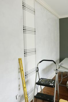 Beginner Guide: How to Hang Wallpaper - Darling Darleen   A Lifestyle Design Blog Plaid Wallpaper, Diy Wallpaper, Wallpaper Size, Wallpaper Paste, Wallpaper Panels, Bathroom Wallpaper, Hanging Wallpaper, How To Apply Wallpaper, Square Tool