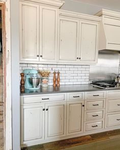 White cabinets with black glazing and subway tile backsplash . White cabinets with black glazing and subway tile backsplash . Farmhouse Kitchen Inspiration, Farmhouse Kitchen Island, Kitchen Islands, Farmhouse Decor, Kitchen Ideas, Off White Cabinets, Glazed Kitchen Cabinets, Modern Kitchen Design, Subway Tile