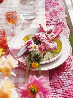 Wildflower table settings luv to use quilts on a table Dresser La Table, Beautiful Table Settings, Deco Floral, Napkin Folding, Summer Picnic, Summer Garden, Deco Table, Decoration Table, Place Settings