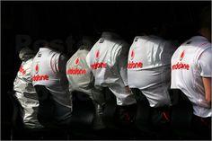 Hinter jedem Piloten stehen eine große Zahl von Mechanikern und Konstrukteure, sowie Manager die mit ihm währen des Rennens per Funk kommunizieren könne. Auf einen Foto erkennt man die Teams stets an ihrer Mannschaftskleidung.