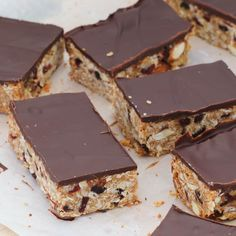 Our sweet and crunchy homemade Almond, Cranberry & Dark Chocolate Muesli Bars are always a family favourite! Cereal Recipes, Cake Recipes, Snack Recipes, Snacks, Healthy Recipes, Homemade Muesli Bars, Healthy Bars, Paleo Cookies, Baking Tins