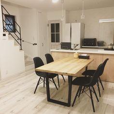 いいね!266件、コメント12件 ― @m.h0meのInstagramアカウント: 「夜のダイニング✨ 階段のところの窓、早くロールスクリーンつけたい😗 ダイニングテーブルは練りに練った配置で、粘着クッション付けて動かないようにしてます😂…」 Dream Apartment, My House, Conference Room, Windows, Interior, Kitchen, Table, Furniture, Design