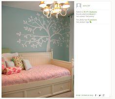 arbol en la pared del cuarto