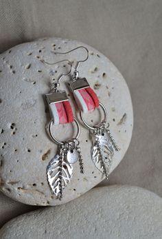 Boucles d'oreilles avec cordon liberty rose, suédine et breloques sur anneaux : Boucles d'oreille par libelula-crea