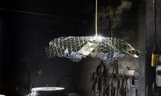 Le studio de design d'Andeu Carulla, basé non loin de Barcelone, signe un plafonnier aérien et graphique intitulé Facetada. Il est inspiré d'une précédente réalisation, Facetat Dish, un plat créé pour le restaurant El Celler de Can Roca. Comme une lampe à facettes, ce luminaire est composé d'une feuille plane qui est ensuite pliée selon les goûts de l'utilisateur.