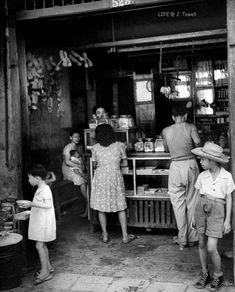 Customers shopping at a Chinese sari sari store Manila, 1946 John Florea Life ( t. Philippines Culture, Manila Philippines, My Past Life, The Past, American War, American History, Body Painting Festival, Filipino Culture, Filipino Art