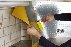 Renovieren auf die schnelle Art: Effektplatten lassen sich zum Beispiel in der Küche auf den alten Fliesenspiegel kleben und geben so dem Raum eine frische Wirkung. Foto: djd/Gutta Werke