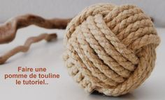 How to make a slider apple, the video tutorial . Historically the slider apple is a technique of sea knot to form a ball. Ball called dragoon apple that has been used for a long time by sailors to ride the moorings. Nowadays, the apple of Toulon . Creative Gift Packaging, Creative Gifts, Survival Knots, Macrame Wall Hanging Diy, Diy Christmas Ornaments, Knitted Blankets, Diy For Kids, New Baby Products, Knitting
