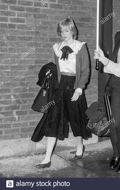 Stock Photo - Diana Princess of Wales arriving at London's Heathrow Airport in 1982 Princess Diana Fashion, Princess Diana Pictures, Princess Sofia, Princess Of Wales, Queen Pictures, 3 People Costumes, Family Stock Photo, Diana Williams, Hm The Queen