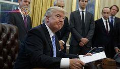 Trump suspende recebimento de refugiados sírios nos EUA. O presidente dos EUA, Donald Trump, assinou uma ordem executiva nesta sexta-feira (27) suspendendo