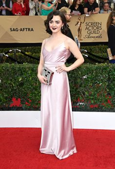 Glamour Girl from Fashion Police: SAG Awards 2017 Maisie Williams is giving us major glamour on the red carpet. Maisie Williams, Michelle Williams, Celebrity Red Carpet, Celebrity Dresses, Celebrity Style, Celebrity Gossip, Kirsten Dunst, Emma Stone, Natalie Portman