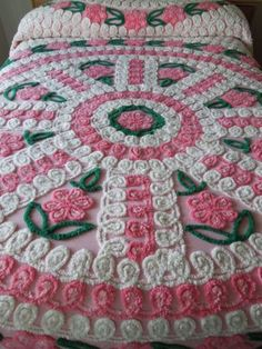 VINTAGE-CHENILLE-BEDSPREAD-PLUSH-Pink-Flowers-in-Circular-Design-FABULOUS