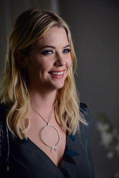 Hanna has such a pretty smile! And a huge necklace! Don't forget to tune-in on Tuesday to the ALL NEW PLL to find out what's going on! Pretty Little Liars Hanna, Pretty Little Liars Brasil, Pretty Little Liars Outfits, Hanna Marin, Hanna Pll, Spencer Hastings, Famous Women, My Beauty, American Actress