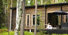 Vaneria, pellavaa ja mattamustia pintoja. Hennan ja Laurin perheen moderni piilopirtti on pelkistetty hirsimökki, josta turhat värit on karsittu minimiin.