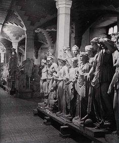 Laure Albin-Guillot: Les Statues du Louvre pendant la guerre, 1940.