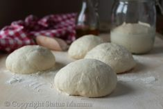 Impasto base con metodo poolish e lievito madre da prepare in anticipo per una pizza soffice.