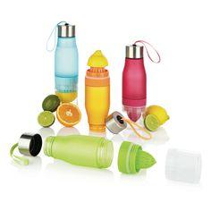 Met deze trendy en innovatieve fles geeft u op een makkelijke manier uw water een gezond smaakje. Deze citroenwaterfles zorgt voor de juiste hydratatie en inname van essentiele vitaminen. Inhoud 650ml.