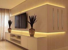 Painel de TV iluminado nessa sala branquinha e linda. Autoria: @ponto3arquitetura Post por: Mari