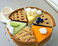 Fatto a mano feltro torta tea party collection 6 pc set per decorazione o giocare cibo per i più piccoli! Essi sono aggiunte meravigliose a colletion di cibo il tuo gioco. Sono certo che questi poco sentito dolci porterà ore di divertimento! Questo elenco include 6 fette di torte di feltro. 1) cherry pie 2) pumpkin Pie 3) key Lime Pie 4) torta di mele 5) blueberry Pie 6) banana Cream Pie Dimensioni: Circa 4 x 4 vasta x 2 ~ 21/2 alto (nel punto più largo). * Questo set sarà regalo avv...