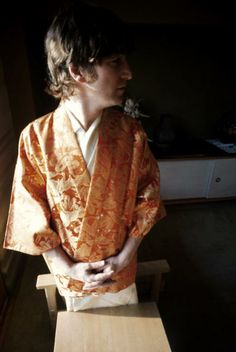 John Lennon wearing a kimono while relaxing inside the Beatles hotel... ニュース写真 71341021