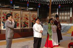 한국의 집에서 멘티 결혼식에 축사를 하는 아빠를 위해 동시통역해주는 큰 아들