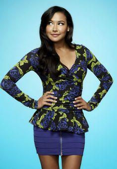 """Fãs de Glee: animem-se! A série musical pop mais legal da TV está prestes a iniciar a sua quarta temporada! O primeiro episódio, intitulado """"The New Rachel"""", vai ao ar no dia 13 de setembro na Fox americana. O foco será, obviamente, a mudança de Rachel para Nova York. Mais muito mais coisa vai acontecer! …"""