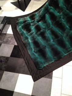 Coperta di Chinchillà Verde smeraldo foderata con 100% Cashmere. Verde Smeraldo, Fur Coat Fashion, Animal Fur, Fur Blanket, Soft Blankets, Fur Coats, Chinchilla, Furs, Tie Dye Skirt