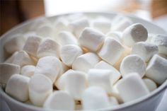 food, marshmallow, and sweet image Chocolate Blanco, Hot Chocolate, Chocolates, Et Wallpaper, Manado, Tasty, Yummy Food, Delicious Desserts, Just Girly Things
