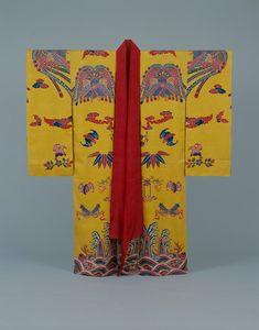 Vestimenta con teñido Bingata con fondo amarillo con figuras del ave Fénix chino, murciélagos tesoros y olas marinas. : Museo Histórico de la ciudad de Naha