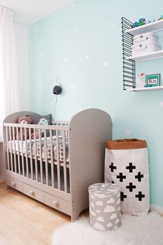 Mooie babykamer in mintgroen met een tikje grijs. #wonenvoorjou