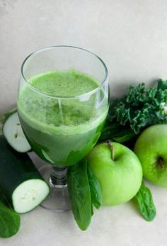 Green Detox Juice This recipe makes approximately two 8 ounce servings. 5 stalks of Kale or Spinach 3 Apples 1 Lemon 1 Cucumber