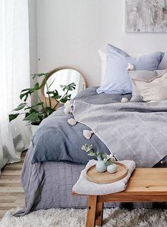 Ein Traum Von Schlafzimmer In Blau Und Natur. Kombiniert Verschiedenen  Blautöne Und Texturen Bei Bettwäsche