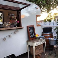 ✨ Vintage vibes ✨ @charlieandcollette Mobile Caravan Bar servicing Perth and the South West. . For availability visit www.theweddingnetwork.com.au/charlieandcollette #theweddingnetwork #perthwedding #perthstylist