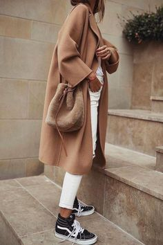 How To Wear Camel This Fall camel coat + white jeans + Vans sneakers Camel Coat Outfit, Beige Outfit, Looks Chic, Looks Style, Mode Outfits, Trendy Outfits, Sneakers Fashion Outfits, Look Fashion, Winter Fashion