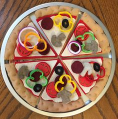 Felt Pizza with all the toppings! Pizza comes with crust, sauce, cheese and a variety or toppings for hours of entertainment for your Lil Chef! Place your order today and watch their minds grow! Felt Food Patterns, Stuffed Toys Patterns, Felt Diy, Felt Crafts, Diy For Kids, Crafts For Kids, Felt Pizza, Felt Cupcakes, Felt Play Food