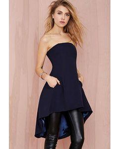 Si eres de las que prefieres los pantalones, no renuncies a ellos. Con un vestido liso palabra de honor y unos pantalones de cuero tendrás un look 10.Vestido de Nasty Gal 72,08€