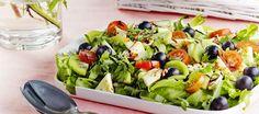 Juhlava juustosalaatti Caprese Salad, Cobb Salad, Bon Appetit, Macaroni, Salad Recipes, Potato Salad, Smoothies, Food And Drink, Baking